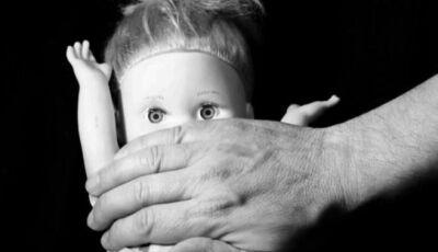 Criança se esconde debaixo da cama, mas padrasto encontra e comete estupro