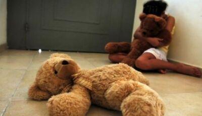 Mãe ameaça matar filha de 10 anos a pauladas após acusar padrasto de estupro