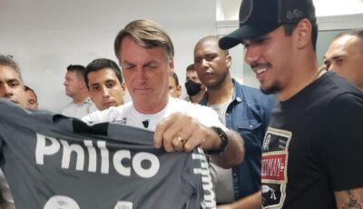 Douradense João Paulo, goleiro do Santos entrega camisa autografada a Bolsonaro em jogo beneficente