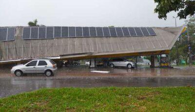 Vídeo: tempestade atinge região central e teto de posto de gasolina de cidade do MS desaba