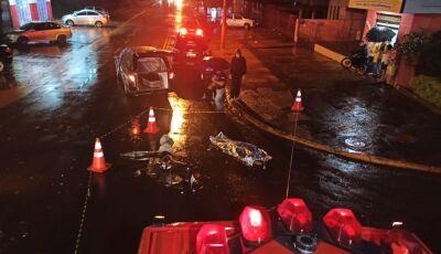 IMAGENS FORTE: Câmera de segurança flagra o momento da colisão entre moto e carro em Dourados