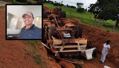 Caminhão carregado com bois tomba e mata motorista em rodovia