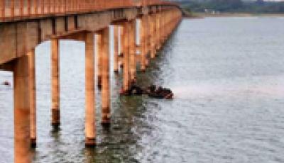 Motorista morre após caminhão cair de ponte