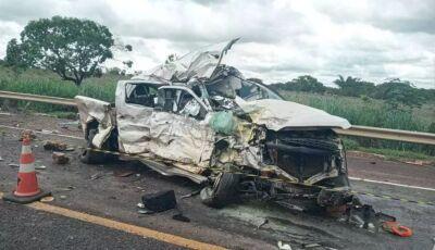 Identificadas vítimas que morreram em acidente entre carreta e caminhonete