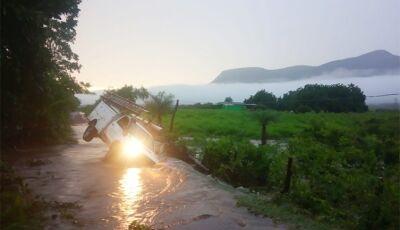 Empresas também são atingidas por enxurrada em corumbá e carro da energisa quase tomba