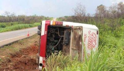 Ônibus com 39 passageiros vindos do Maranhão tomba na BR-163