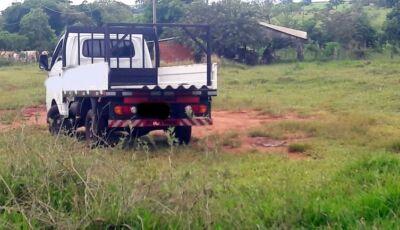 Caminhão vai fazer entrega na zona rural e fica 'atolado' em formigueiro Glória de Dourados