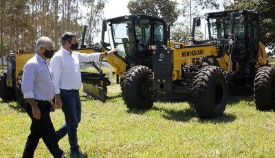 Em entrega de motoniveladoras, governador anuncia mais de mil equipamentos para agricultura familiar
