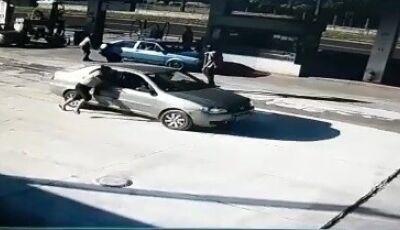 Homem é preso após arrancar com carro e arrastar gestante - VEJA VÍDEO