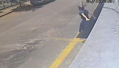 Mulher pula de janela de prédio para fugir de estupro; veja o vídeo