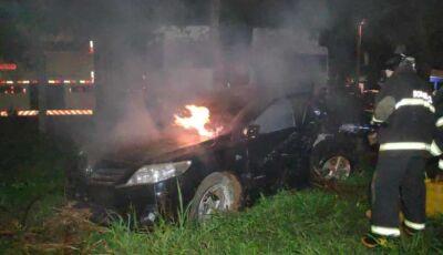 Veículo pega fogo ao colidir em coqueiro entre Dourados e Itaporã, homem ficou preso as ferragens