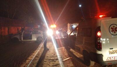 Motorista perde controle e acaba com frente do veículo em muro de escola em Glória de Dourados