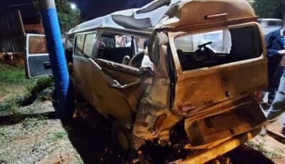 Carreta colide na traseira de Kombi com trabalhadores e deixa 2 feridos em Glória de Dourados