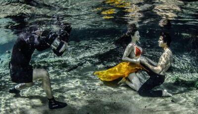 Fotógrafo faz ensaio com modelos debaixo d'água e usa caverna inundada como cenário em MS