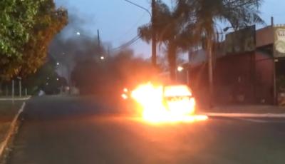 Mulher coloca fogo em carro durante discussão com marido; Assista