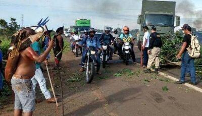 Índios liberam meia pista, mas sem previsão para fim do protesto