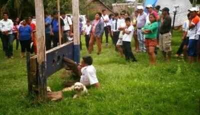 Prefeito boliviano é amarrado a instrumento de tortura por 'não cumprir promessas'