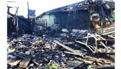 Fogo destrói duas casas de madeira que guardava material reciclável