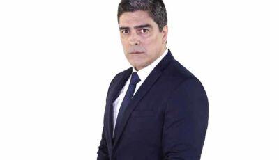 Arthur (Junno Andrade) fala na TV que Ricardo (Sergio Marone) ressuscitou em seu velório