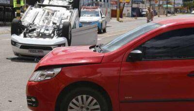 Motorista avança sinal vermelho na Ceará, bate em outro veículo e capota