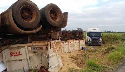 Caminhão bitrem carregado com 38 toneladas de soja tomba na MS-480