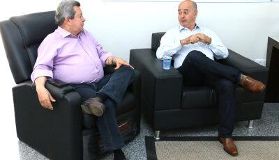Em seu gabinete, Gilberto Garcia recebe a visita do deputado estadual Onevan de Matos