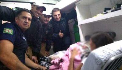 """Bebê """"apressadinho"""" nasce dentro de carro com ajuda de agentes"""