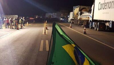 Caminhoneiros desmentem acordo com Governo e mantêm paralisação na Capital