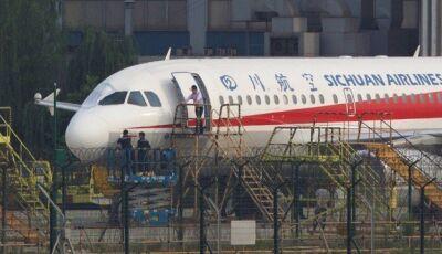 Janela de avião quebra Copiloto foi 'parcialmente sugado'