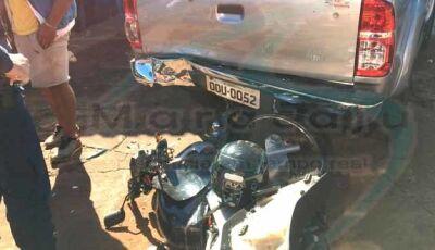 Motociclista faz graça empinando motocicleta e colide com traseira da caminhonete (Video)