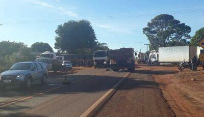 Rodovia é fechada por caminhoneiros que pretende ficar até às 18h em Fátima do Sul