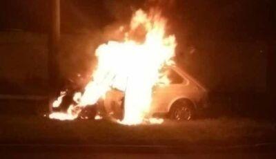 Carro pega fogo na avenida