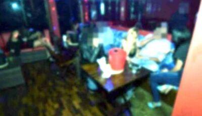 Amigos gastam R$ 2 mil em 'casa das primas' e atropelam porteiro para fugir sem pagar