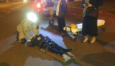 Mulher fica ferida em acidente de moto ao passar por lombada