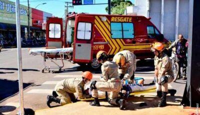 Veículo freia bruscamente e Idoso sofre queda de motocicleta em cruzamento