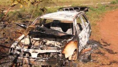 Carro furtado é encontrado sem as rodas e incendiado