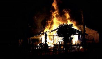 Família que teve a casa destruída por incêndio pede auxílio em Glória de Dourados