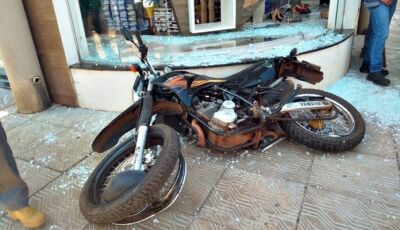 Motociclista fica ferido após colidir em vidraça de loja em Glória de Dourados