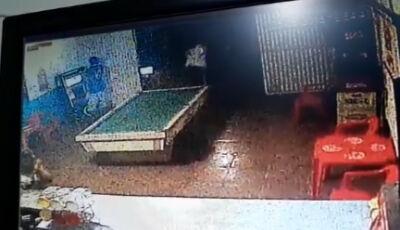 IMAGENS FORTES: Câmera de segurança flagra momento em que rapaz é esfaqueado em Glória de Dourados
