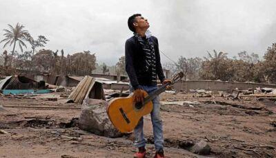 Homem que perdeu 13 familiares em erupção de vulcão volta a casa destruída na Guatemala