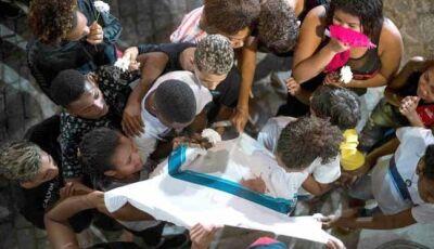 """Mãe de jovem morto no Rio: """"É um Estado doente que mata criança com roupa de escola"""""""