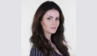 Estela (Lisandra Souto) esfaqueia a própria filha, Talita (Laís Pinho), e provoca a morte dela.