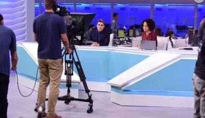 Arthur (Junno Andrade) fala na TV do ataque ao navio de fugitivos e das consequências da erupção de