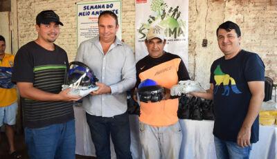 Marquinhos do Dedé faz entrega de EPIs para funcionários da limpeza em Vicentina