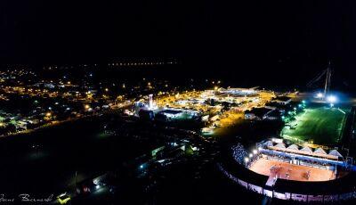 FOTO DO DIA: Parque da Fogueira vista de cima durante atrações de sexta-feira em Jateí