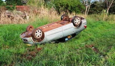 Após cochilar ao volante, condutor atravessa pista e capota carro na MS-276