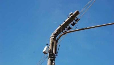 """Veículo de grande porte """"arranca"""" fiação elétrica, e deixa moradores às escuras em Nova Andradina"""
