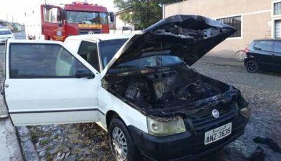 carro pega fogo a caminho da escola
