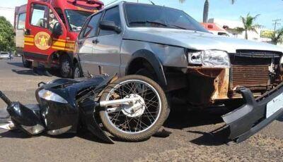 Mulher e criança em Honda Biz são atingidas por Fiat Uno