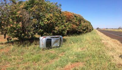 Após desviar de buraco, taxista perde controle e capota veículo às margens da MS-134